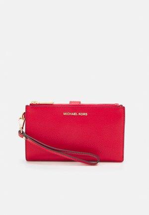 MERCER PEBBLE - Lommebok - bright red