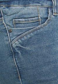 Mamalicious Curve - MLFONTANA SLIM - Jeans Short / cowboy shorts - light blue - 2