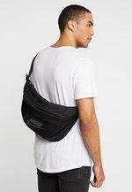 Parcialmente Rendición Turbulencia  Nike Sportswear TECH HIP PACK - Riñonera - black/negro - Zalando.es