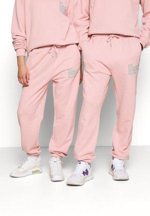 BALANCE JOGGER UNISEX - Pantalon de survêtement - pink