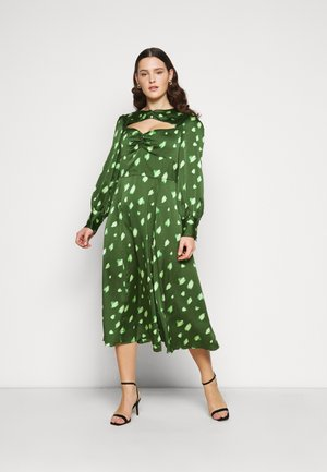 DRESS WITH LONG SLEEVES ROUND NECKLINE CUT OUT FRONT - Maxikjoler - green