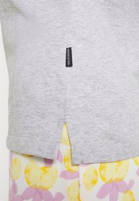 Dedicated - VISBY FLOWER POCKET - Print T-shirt - grey melange - 3