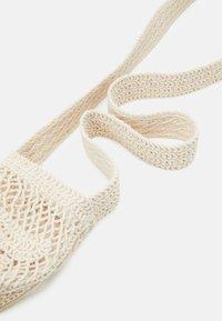 maje - BOTTLEBAG - Across body bag - blanc casse - 4