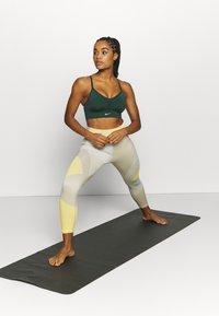 Nike Performance - INDY SEAMLESS BRA - Sujetadores deportivos con sujeción ligera - pro green/white - 1