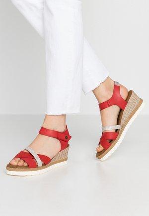 Sandales à plateforme - rot