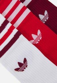 adidas Originals - CREW SOCKS 3 PAIRS - Sokken - white/collegiate burgundy/scarlet - 1