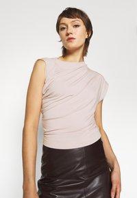 Vivienne Westwood - HEBO - Basic T-shirt - dusty pink - 3