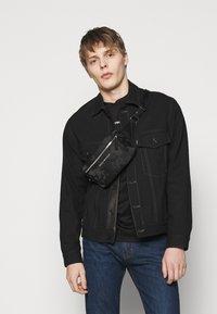 Emporio Armani - EXCLUSIVE  - T-shirt basic - black - 3