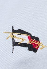 Tommy Hilfiger - REGULAR FLAG TEE - T-shirt print - breezy blue - 5