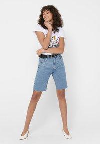 ONLY - JEANSSHORTS ONLEMILY HW LONG - Jeansshorts - light blue denim - 1