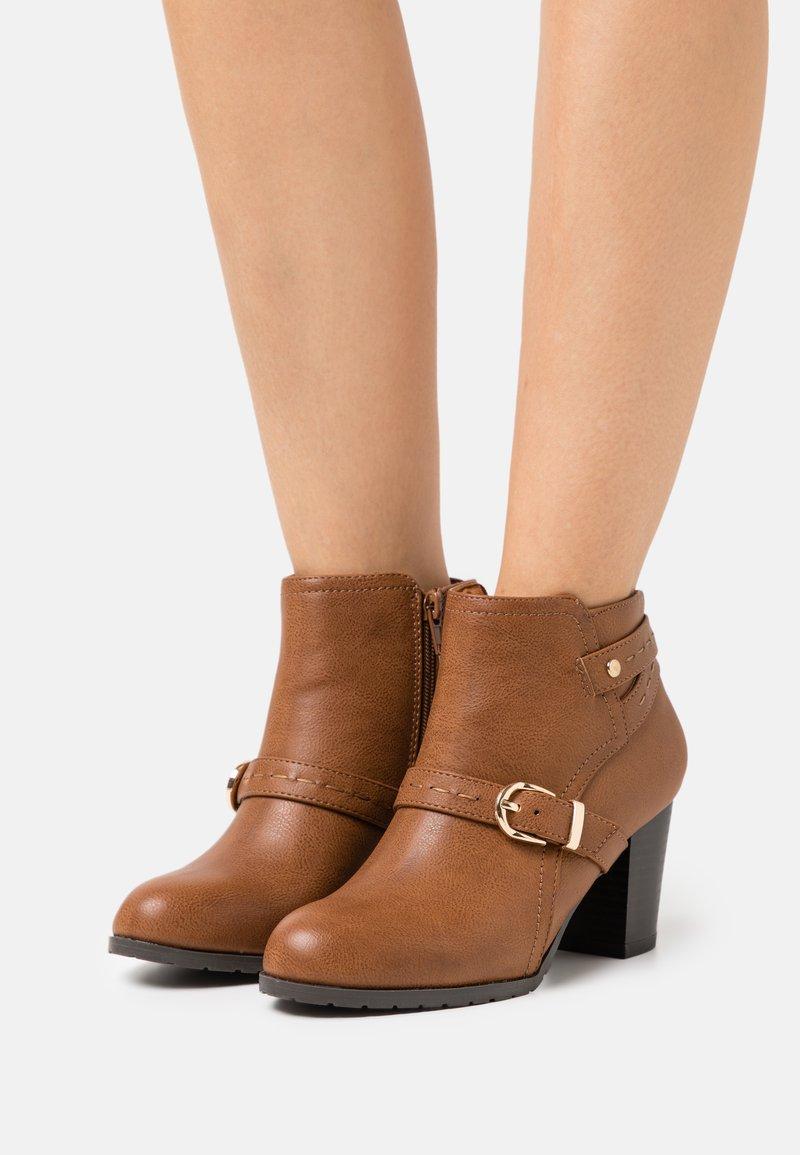 Wallis Wide Fit - WIDE FIT WANDERSON - Boots à talons - dark tan