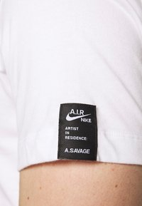 Nike Performance - DRY TEE SAVAGE - Camiseta estampada - white - 7