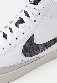 Nike Sportswear - BLAZER MID '77 UNISEX - Korkeavartiset tennarit - white/light smoke grey/bright crimson - 7