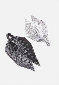 Pieces - PCJACKQULINA 2 PACK BOW SCRUNCHIE - Akcesoria do stylizacji włosów - bright white/black - 0