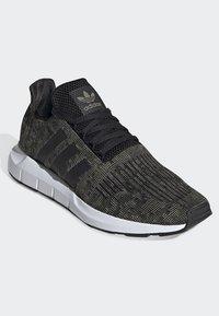 adidas Originals - SWIFT RUN SHOES - Trainers - green/black/white - 3