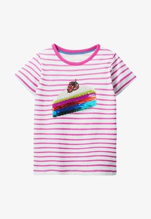 MIT FARBWECHSELNDEN PAILLETTEN - Print T-shirt - naturweiß/rosarot, kuchen