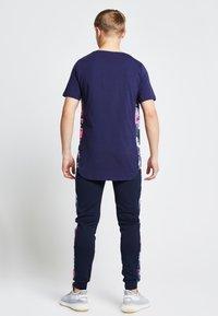 Illusive London Juniors - ILLUSIVE LONDON JUNIORS  - Print T-shirt - navy/neon pink - 1