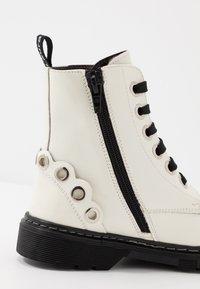 Laura Biagiotti - Šněrovací kotníkové boty - white - 2