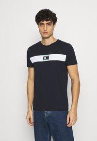 Tommy Hilfiger - NEW SMALL LOGO TEE - T-shirt med print - desert sky - 0