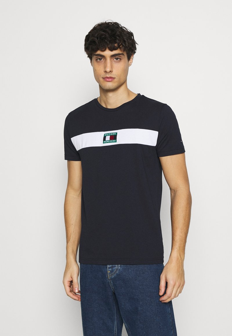 Tommy Hilfiger - NEW SMALL LOGO TEE - T-shirt med print - desert sky