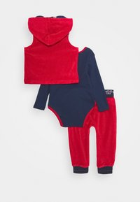 Guess - VEST BODY PANTS BABY SET - Body - tulip red - 1