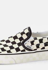 Vans - CLASSIC SLIP-ON UNISEX - Loafers - true navy/true white - 5