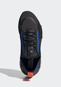adidas Originals - NMD_R1 SPECTOO UNISEX - Sneakersy niskie - core black/yellow tint - 2
