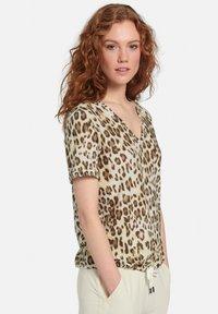 MARGITTES - Print T-shirt - beige/braun - 4