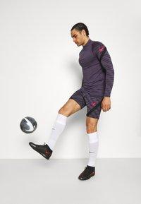 Nike Performance - STRIKE - Urheilushortsit - black/dark raisin/siren red - 3