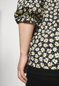 CAPSULE by Simply Be - OFF THE SHOULDER DAISY - Print T-shirt - black - 5