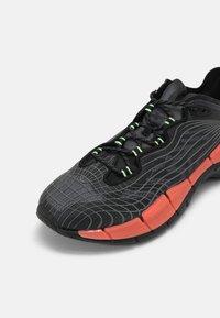 Reebok Classic - ZIG KINETICA II UNISEX - Sneakersy niskie - core black/orange flower/neon mint - 6