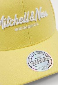 Mitchell & Ness - PINSCRIPT - Cap - passtle yellow - 2