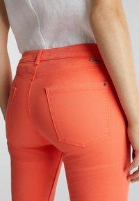 Esprit - CAPRI - Slim fit jeans - coral - 3