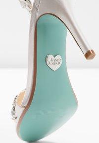 Blue by Betsey Johnson - GINA - Sandály na vysokém podpatku - ivory - 2