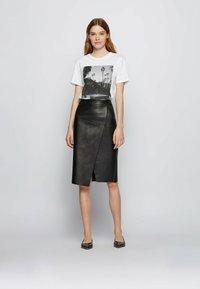 BOSS - EIMA - Print T-shirt - natural - 1