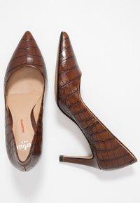 PERLATO - Classic heels - jamaika cognac - 3