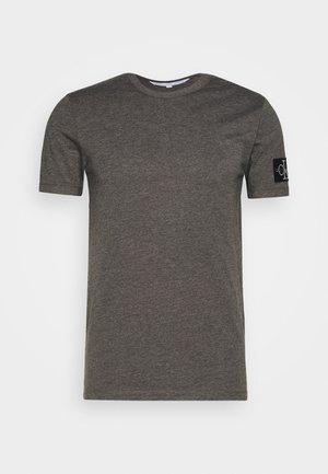 MONOGRAM BADGE GRINDLE TEE - T-shirt basique - aluminium grey