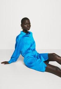 Pinko - DEGNO ABITO JACQUARD GEOMETRICO - Košilové šaty - light blue - 4