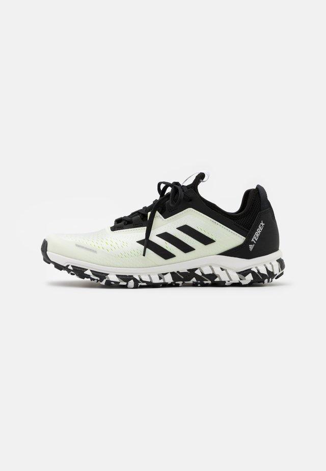 TERREX AGRAVIC FLOW RUNNING - Běžecké boty do terénu - footwear white/core black/solar yellow