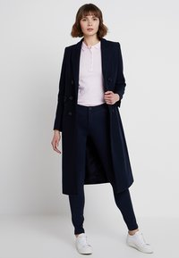Tommy Hilfiger - HERITAGE FIT PANTS - Trousers - midnight - 1