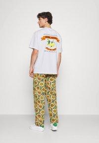 Karl Kani - UNISEX SMALL SIGNATURE TEE - T-shirt imprimé - white - 0