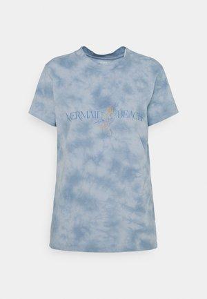 CLASSIC TEE - T-shirts med print - mermaid beach/washed blue