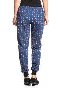 Pussy Deluxe - CAT PAWS & CHERRIES - Tracksuit bottoms - blau allover - 3