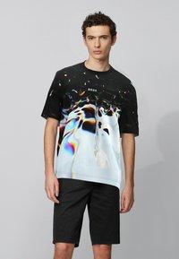 BOSS - T-shirt imprimé - patterned - 0