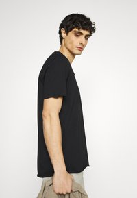 Selected Homme - SLHWYATT O NECK TEE  - T-shirt - bas - black - 3
