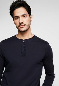 TOM TAILOR DENIM - STRUCTURED FABRIC - Long sleeved top - sky captain blue - 4
