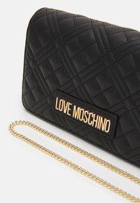 Love Moschino - QUILTED CHAIN LOGO CROSSBODY - Olkalaukku - nero - 5