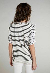 Oui - Print T-shirt - offwhite black - 2
