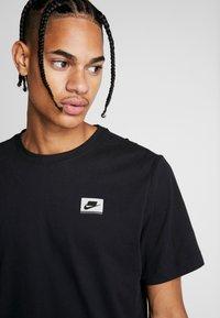 Nike Performance - DRY TEE  - T-shirt med print - black - 3