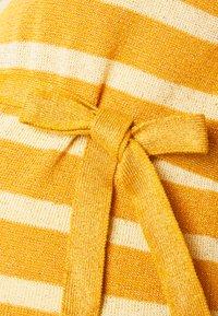 MAMALICIOUS - MLBLACK V-NECK - Jersey de punto - mineral yellow/sunlight - 2